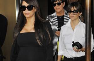 Grávida, Kim Kardashian deixa hotel com a irmã Kourtney e a mãe, Kris, em NY