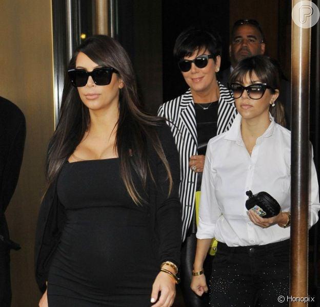 Kim Kardashian deixa hotel na companhia da irmã Kourtney Kardashian e da mãe, Kris Jenner, em 22 de abril de 2013