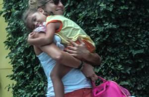 Grazi Massafera leva a filha, Sofia, no colo e de chupeta para a escola