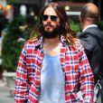 Jared Leto apostava no visual hippie com os cabelos longos