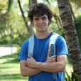 Gerado via inseminação, Bernardo (Ghilherme Lobo) é filho de Marlene (Cyria Coentro), e desenvolve forte relação com o meio-irmão Pedro (Jayme Matarazzo), mas quando o biólogo vai morar em Fernando de Noronha, o garoto se rebela, na novela 'Sete Vidas'