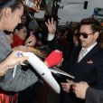 Robert Downey Jr. distibui autógrafos na première de 'Homem de Ferro 3'