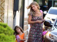 Com look florido, Grazi Massafera busca a filha, Sofia, na escola