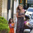 Grazi Massafera compra um saquinho de pipocas para a filha, Sofia
