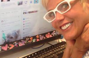 Xuxa publica vídeo para fãs e prova que está presente nas redes sociais