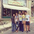 Viviane Araújo posa com amigos do elenco em frente ao salão da Xana, em Santa Teresa. 'A saudade já dói'