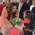Durante a visita, Kate recebeu um buquê de flores