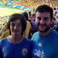 Roberto Birindelli posa com o filho, Carlo, de 15 anos, em estádio de futebol