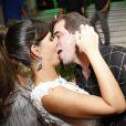 Carol Sampaio ganha beijo do marido, Guilherme Schleder