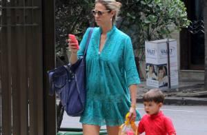 Luana Piovani, grávida de gêmeos, passeia com o filho, Dom, no Rio