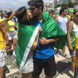Jessika Alves aproveitou o movimento para beijar o namorado, Thiago Blanco: 'Fazendo História com amor'