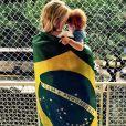Carol Trentini publicou foto ao lado do filho, enrolada na bandeira nacional: 'A gente se importa'