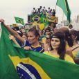 Ellen Jabour e Jessika Alves pintaram o rosto e marcharam com a bandeira nacional