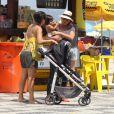 Grávida, Carolina Ferraz passeia com a amiga na praia do Leblon, no Rio