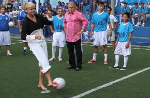 Xuxa joga bola durante inauguração de escola de futebol em parceria com Zico
