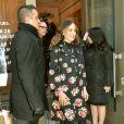 Para apresentar novo sapato de sua linha SJP Collection, a atriz vestiu sobretudo florido e meia-calça preta, sobressaindo a sandália colorida