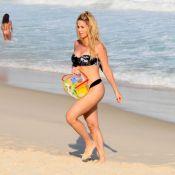 Danielle Winits esconde barriga em tarde de praia com namorado, Amaury, e Guy
