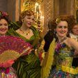 Acompanhada das invejosas filhas, Anastasia (Holliday Grainger) e Drisella (Sophie McShera), a madrasta (Cate Blanchett) de Cinderela  passa a maltratá-la