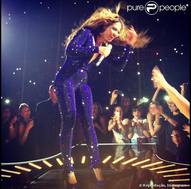 Beyoncé exibe barriguinha saliente em apresentação da turnê The Mrs. Carter Show, em Londres, na noite de 4 de maio de 2013