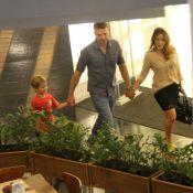 Cássio Reis passeia com Fernanda Vasconcellos e o filho, Noah, em shopping