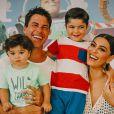 Juliana Paes posa com o marido, Carlos Eduardo Baptista, e os filhos, Pedro e Antônio