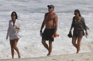 Oscar Magrini evita cerveja por 'barriga lisa' e desfila sem camisa na praia