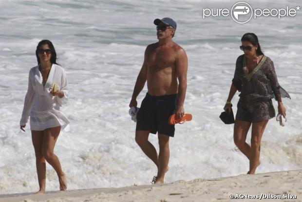 Oscar Magrini passeia na Praia da Barra da Tijuca com amigas, em 9 de maio de 2013