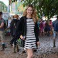 Lily trocou os saltos pela bota para curtir o Glastonbury Festival, na Inglaterra