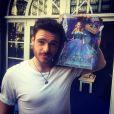 Em seu Instagram, brincou ao citar o seu príncipe no filme que posou com a boneca Cinderela: 'Richard Madden e eu. Ele é tão forte!'
