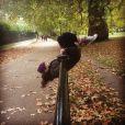 Cinderela às avessas! Lily James se diverte durante um passeio no parque num dia de domingo e posa pendurada numa barra de ferro que encontra no meio do caminho