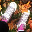Longe dos red carpets, a atriz mostra em sua conta do Instagram uma de suas maiores paixões: um belo par de tênis!