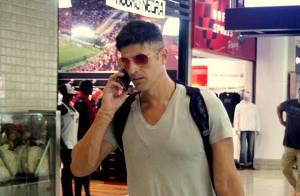 Reynaldo Gianecchini exibe novo corte de cabelo ao embarcar em aeroporto no Rio