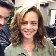 Responsável pelo corte de cabelos de Leandra Leal, Thiago Parente, posa com atriz de look: 'Wave bob'