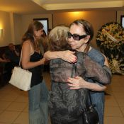 Fernanda Montenegro e Nathalia Timberg vão ao velório de Barbara Heliodora no RJ