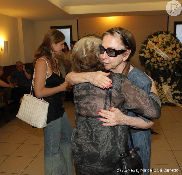 Fernanda Montenegro, Nathalia Timberg e famosos vão ao velório de Barbara Heliodora no Memorial do Carmo, no Rio de Janeiro, neste sábado, 11 de abril de 2015