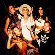 Thaila Ayala posou ao lado de amigos durante o festival de música Coachella, na Califórnia, nos Estados Unidos