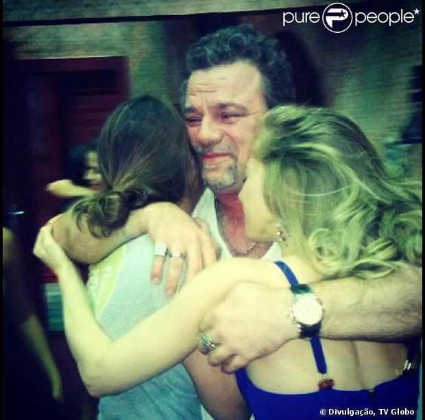 Adriano Garib é flagrado chorando ao se despedir das atrizes que dão vida às traficadas de 'Salve Jorge', em 16 de maio de 2013
