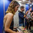 Nathalia Dill e Sergio Guizé são parceiros na  música. Atriz canta e toca um sintetizador em shows do artista