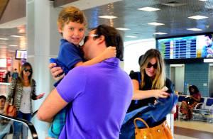 Leticia Birkheuer embarca em aeroporto na companhia do ex-marido e do filho