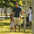 Com um saco de pipocas, Malvino Salvador conquista a garotinha que faz sua filha, em cena de 'Amor à Vida'
