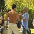 Sem camisa, Malvino Salvador ouve orientações do diretor de 'Amor à Vida', nos bastidores da gravação