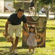 Bruno (Malvino Salvador) se diverte, entusiasmado, ao lado da filha, em cena de 'Amor à Vida'