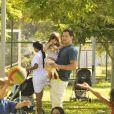 Malvino Salvador, na pele de Bruno, segura sua filha nos braços, em cena de 'Amor à Vida'