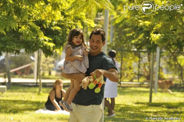 Malvino Salvador grava cena de 'Amor à Vida' com uma atriz mirim, que ri e se diverte nos braços do ator em maio de 2013