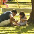 Pai e filha se divertem na pracinha, em cena de 'Amor à Vida'