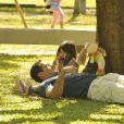 Deitado no colo da filha, Bruno (Malvino Salvador) segura um boneca de pano, em cena de 'Amor à Vida'