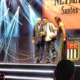Neymar sobe ao palco para receber o prêmio