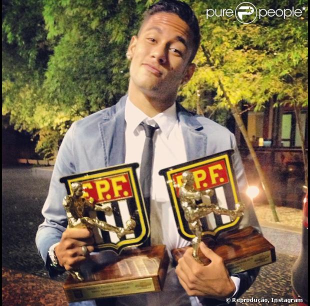 Neymar ganha troféus de Melhor Atacante e Craque do Paulistão na festa da premiação do campeonato Paulista 2013, em 20 de maio de 2013