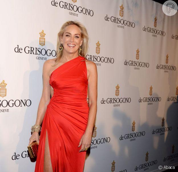 Com 55 anos, Sharon Stone continua esbanjando sensualidade. A atriz escolheu um longo vermelho com uma fenda profunda na perna direita  assinado pelo estilista Roberto Cavalli