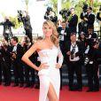 Heidi Klum escolheu um vestido branco de um ombro só, com uma fenda e detalhes de strass assinado pela grife Versace